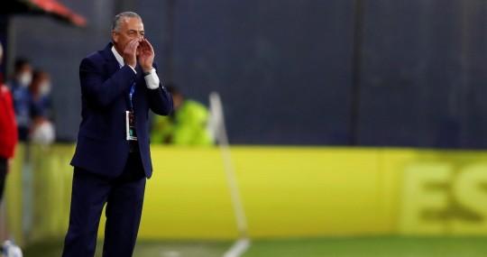 Gustavo Alfaro observa la pretemporada de los equipos / Foto EFE
