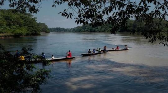 Foto publicada por la ONG Amazon Frontline y Alianza Ceibo que muestra a miembros de la nación indígena Siekopai en el río Aguarico en la comunidad de Waiya en Ecuador, el 16 de abril de 2020 durante la nueva pandemia de coronavirus covid-19. Foto: AFP
