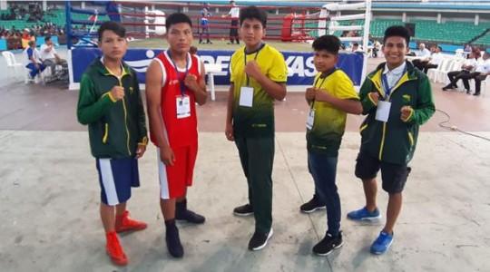 Desde la izq. están los luchadores Fredy Mashiant, Nicolás Naichap, Nixón Chamico, Arturo Naichapi y Jonathan Herrera, antes de competir. Foto: El Comercio