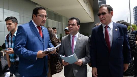 Ayer, en horas de la mañana, los asambleístas por CREO, César Carrión y Esteban Bernal, junto al abogado Hernán Ulloa interpusieron una medida cautelar en la Unidad Judicial Norte de Quito para suspender el concurso de fiscales, cuyas pruebas prácticas se encontraban en curso. (Karina Defas / Expreso)
