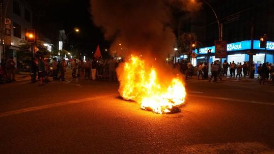 Foto: Facebook Radio Sucumbíos El 3 de octubre la provincia de Sucumbíos fue una de las primeras en registrar conflictos por la anunciada eliminación del subsidio a los combustibles.  En Lago Agrio (foto) los manifestantes se tomaron las calles de la ciudad.