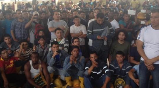 Los trabajadores se reunieron con representantes de le empresa en el coliseo del campamento de Sinohydro. Foto: Eduardo Terán/ EL COMERCIO