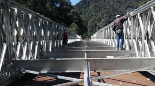 Imagen del puente que colocan cerca de Papallacta, sobre el río Guango. Foto: El Comercio