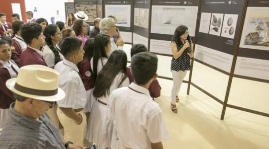 Estudiantes del Colegio 23 de Octubre fueron los primeros en ver la muestra. Foto: