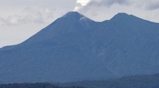 Imagen de archivo del año 2014. El volcán Reventador presenta una actividad volcánica alta. En ocasiones se registran emisiones de vapor, gases y bloques incandescentes. Foto:  El Comercio