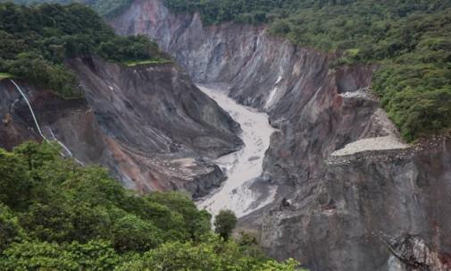 Construcción para mitigar efecto erosivo del río Coca - Foto: Ecuavisa