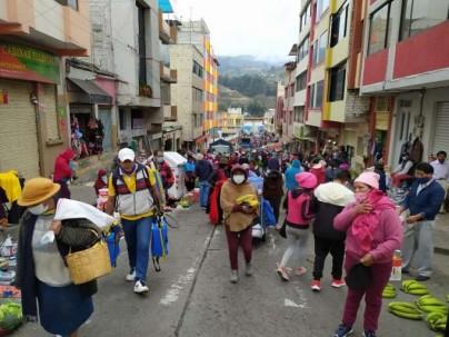 PELIGRO. Uno de los puntos de mayores aglomeraciones en Ambato es la plaza Primero de Mayo. Foto: La Hora