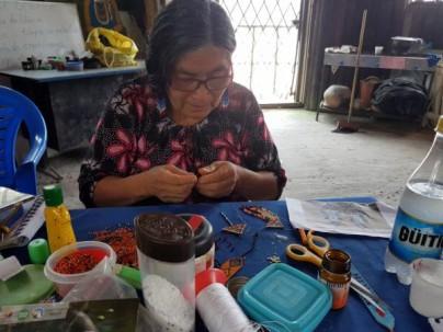 Foto: El Universo - María Chiriapa, artesana de origen shuar