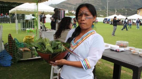 Amazónica. Una mujer shuar exhibe su gastronomía. Foto: Expreso