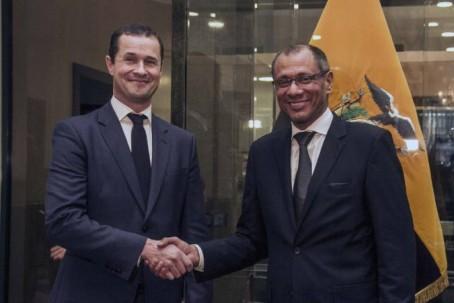 El vicepresidente Jorge Glas fue testigo de la firma de convenio entre Petroamazonas y la empresa Schlumberger, en el 2015. Foto: El Universo