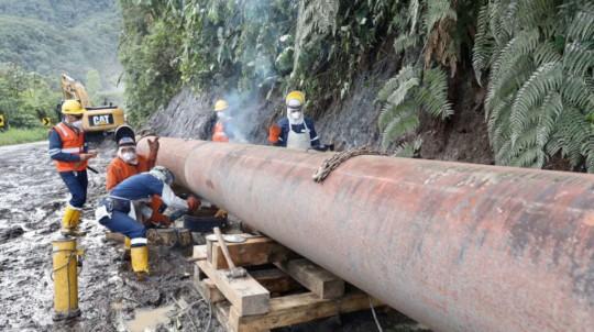 Técnicos trabajan en la reparación del Sistema de Oleoducto Transecuatoriano (SOTE), en el sector San Rafael, el 13 de abril de 2020. - Foto: Petroecuador