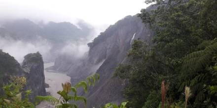 El desprendimiento de materiales rocosos ocasionó el represamiento del río Coca / Foto: cortesía de @Riesgos_Ec