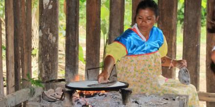 ¿Qué es el casebe y cómo se prepara? Mujer de comunidad indígena preparando el tradicional alimento. Foto: El Oriente