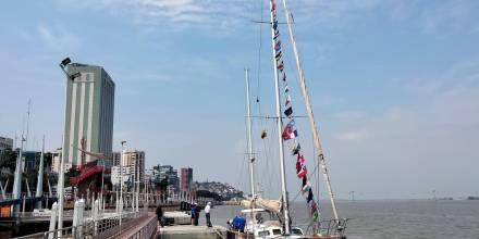 El velero que emula la Vuelta al Mundo de Magallanes-Elcano llegó a Guayaquil / Foto: EFE