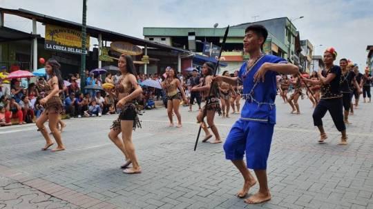 En Tena, la capital de la provincia de Napo, se desarrolló ayer el desfile en honor a la Amazonía. Foto: Cortesía de la Asociación de Municipalidades del Ecuador (AME).