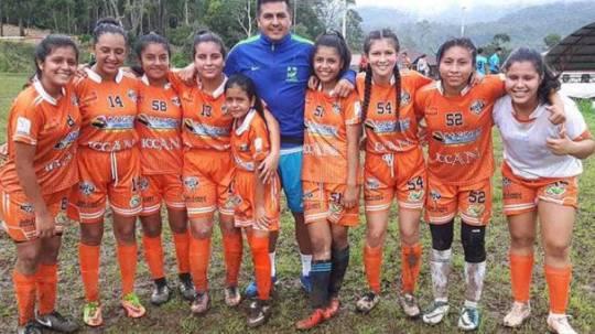 Karen Chumpi (izquierda) con el uniforme de la Selección y con sus compañeras de equipo, Técnico Universitario. Foto: El Comercio