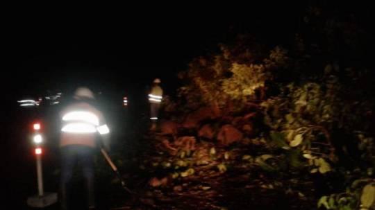 Un primer deslizamiento en el sector Kilo 1 de la vía Puyo- Baños ya se registró el 27 de diciembre del 2019. El segundo se registró este lunes 30 de diciembre .Foto: Twitter @ObrasPublicasEc