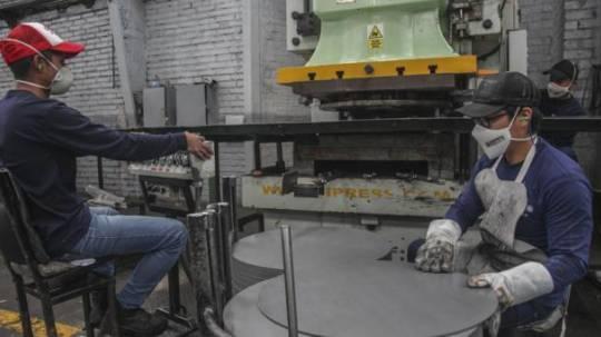 La industria cuencana se preparó con normas estrictas, como esta fábrica de cilindros de fibroacero. fOTO: Xavier Caivinagua / EL COMERCIO