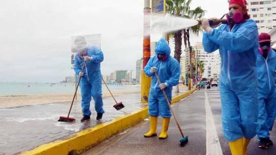 El Municipio de Salinas desinfectó el malecón y advirtió que no se reabrirán las playas. Foto: cortesía Municipio de Salinas