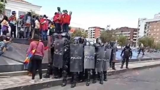 Policía dispersa protesta contra estatua de Isabel la Católica en Quito / Foto: EFE
