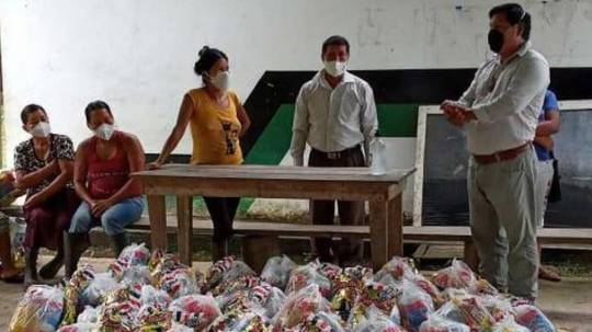 En Poroto Yaku, Orellana, los comuneros recibieron kits alimenticios y cartillas con información del covid-19. Foto: cortesía Cofenaie