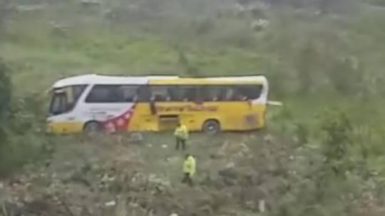 En la madrugada de este 29 de agosto del 2019 se registró un accidente de un bus interprovincial en la vía El Chaco - Lago Agrio. El vehículo se volcó de la carretera y cayó 50 metros a un terreno. Foto: El Comercio