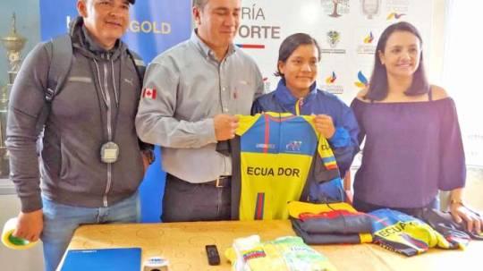 DEPORTISTA. La ciclista recibió indumentaria como parte del apoyo de las instituciones. Foto: La Hora