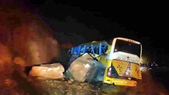 Bus interprovincial de la cooperativa Baños, fue impactado por rocas en el sector de Guacamayos, la noche del viernes 27 de diciembre. Foto: Twitter Christian Sánchez