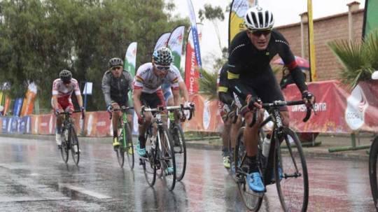 Jefferson Cepeda tuvo que hacer frente a la lluvia y a las malas condiciones del asfalto para ganar la carrera. Foto: El Telégrafo