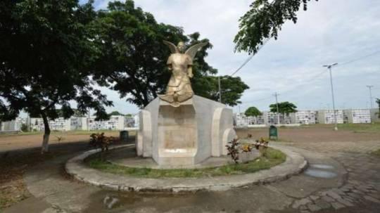 En el cementerio Ángel María Canales, del Suburbio de Guayaquil, se construyen bóvedas en tierra. Foto: La Hora