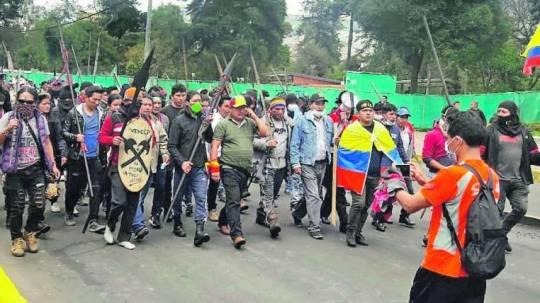 El presidente de la Conaie, Jaime Vargas (c), estuvo al frente de la marcha que se dio en las calles de Quito cuando llegaron los indígenas amazónicos. En la gráfica se le ve hablando por teléfono, custodiado por su guardia y por varios indígenas Arutam con sus lanzas. Foto: Expreso