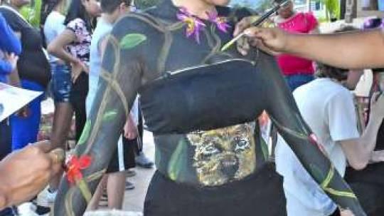 EXHIBICIÓN. Una exposición de body paint formó parte del encuentro intercultural. Foto: La Hora