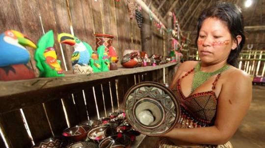 Olga Mocoshigua también confecciona artefactos de barro y vende a los turistas. Foto: Glenda Giacometti