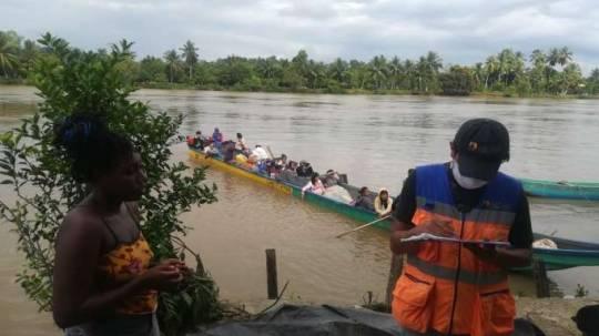 ASISTENCIA. Las familias afectadas por las inundaciones en el cantón Eloy Alfaro, recibieron ayuda humanitaria para 15 días.