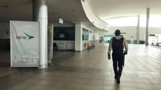 DECISIÓN. En las puertas de acceso al aeropuerto 'Carlos Concha Torres' de la ciudad de Esmeraldas, se colocaron conos y cintas de seguridad para evitar el ingreso. La Hora