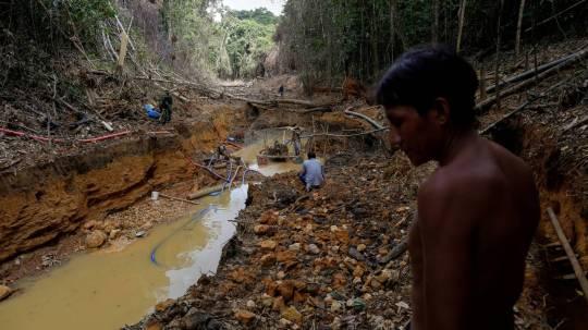Imagen de archivo de un indígena yanomami acompañando a operarios de la agencia de medioambiente brasileña durante una operación contra la minería ilegal de oro en tierra indígena del estado de Roraima, en Brasil. BRUNO KELLY REUTERS