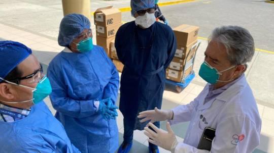 El ministro de Salud, Juan Carlos Zevallos, durante una visita al hospital de Sante Elena, el 4 de abril de 2020. - Foto: @DrJuanCZevallos