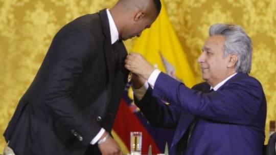 El presidente de la república Lenín Moreno condecoró al futbolista Antonio Valencia tras su salida del Manchester United. Foto: La República