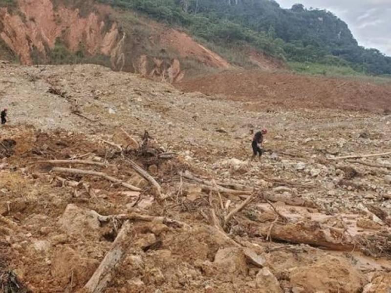 Desolación. El alud causó destrozos a su paso. Una marea de piedra y lodo arrasó con una casa y maquinarias. Freddy Inga